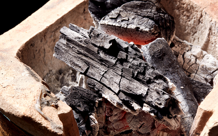 la quema de carbón en la vieja estufa, tradición Tailandia