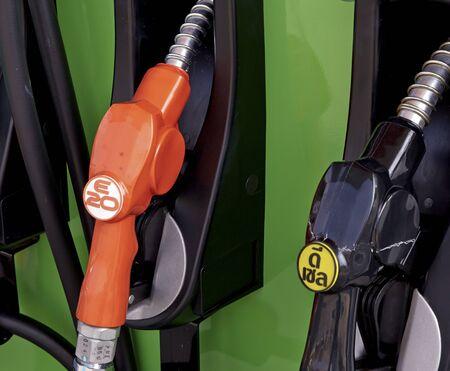 surtidor de gasolina: Detalle de una bomba de gasolina en una gasolinera