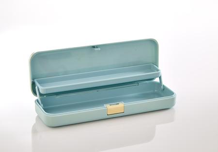 Hellblau Kunststoff Bleistift-Box auf weißem Hintergrund, Stapel