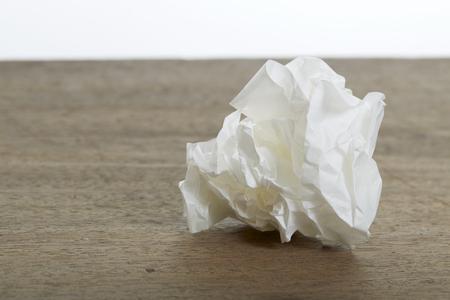 Palla di carta bianca sgualcisce sulla vecchia scrivania di legno Archivio Fotografico - 65282401