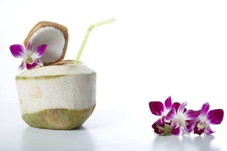 Acqua di noce di cocco fresca su sfondo bianco Archivio Fotografico - 73114340
