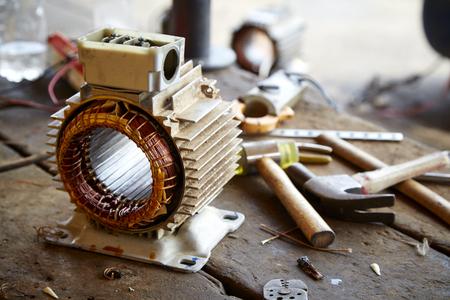 Réparer la vieille bobine de câblage de démonstration du moteur électrique lors du remplacement du roulement