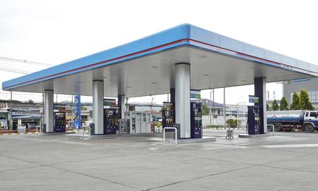 칸차나 부리, 2017 년 7 월 28 일 : PTT 주유소 Amphoe Mueang Kanchanaburi, Kanchanaburi, Thailand에서는 태국 최대의 석유 회사입니다.