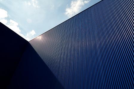 Metalen lakwandpanelen en daken tegen heldere blauwe lucht Stockfoto