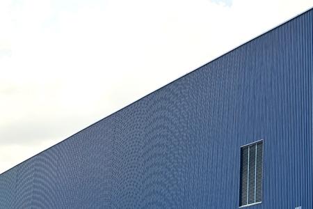 板金壁パネルと屋根澄んだ青い空を背景 写真素材 - 87477336