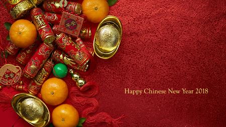 Monnaies chinoises ou noeud chinois de la chance et des pétards chinois et lingots d'or chinois et noeud chinois traditionnel (texte étranger signifie bénédiction) et enveloppes rouges et décoration avec des oranges fraîches sur fond de papier rouge