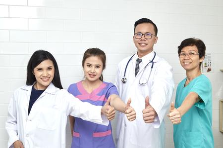 Aziatisch arts en verpleegster madical team in hopital, verschillende leeftijden, ziekteadviseur