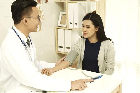 Asiatische Frauen untersuchen den Arzt im Krankenhaus. Standard-Bild