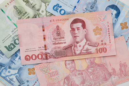Close up 20 50 100 baht Hand Holding New Thai Baht Banknotes with The Image of King Rama X on White Background 版權商用圖片 - 102574042