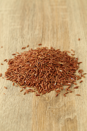 close up rice red organic food healthy on wooden, [Tup Tim Chum Phae Rice] Banque d'images