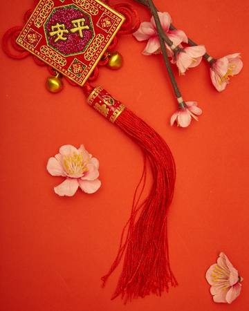 """Chinesische Neujahrsverzierung 2020 auf rotem Papier mit chinesischem Buchstaben """"FU"""", der """"Glück"""" oder """"viel Glück, Goldbarren, chinesische Lampe bedeutet"""