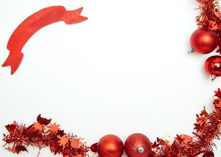 Oropel de Navidad de año nuevo rojo sobre un fondo blanco.