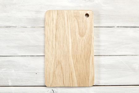Planche à découper vue de dessus sur bois blanc en bois avec espace de copie, espace vide pour la conception,