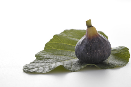 Fig fruits with leaves isolated on white background, Purple nutrients, food photography Banque d'images