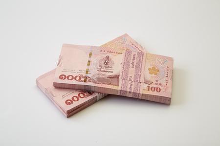 Neue und neueste Ausgabe von Thailand hundert Baht-Banknoten auf weißem Hintergrund. Geschäfts- und Finanzkonzept
