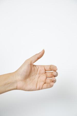 Mano della donna che tiene qualcosa di palmo che fa un gesto mentre mostra una piccola quantità di qualcosa su sfondo bianco isolato, vista laterale, primo piano, ritaglio, spazio di copia