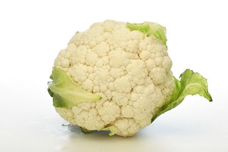 Coliflor fresca aislado sobre fondo blanco. Comida sana