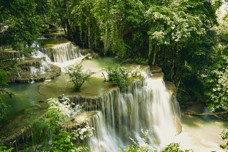 Paisaje de la cascada de Huai Mae Khamin (cuarto piso), selva tropical en la presa de Srinakarin, Kanchanaburi, Tailandia. La cascada de Huai Mae Khamin es la cascada más hermosa de Tailandia. Tailandia invisible