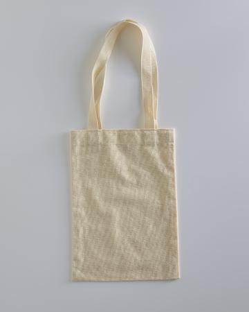 Maqueta de saco de compras de tela de tela de lona de bolso de mano blanco ecológico aislado sobre fondo blanco con copyspace Foto de archivo