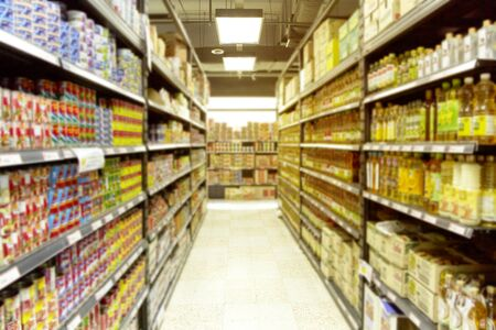Leeres verschwommenes Supermarkt-Convenience-Store-Produktregal für den Hintergrund Standard-Bild