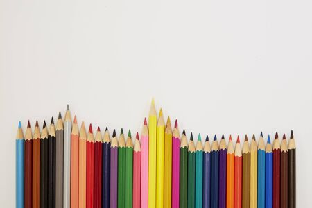 Ritorno a scuola, primo piano matite colorate isolate su sfondo bianco, copia spazio per il testo