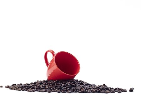 Red coffee cup with coffee beans isolated on white background 版權商用圖片 - 128421265