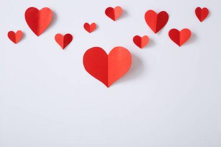 在白色背景隔绝的红色纸心脏,纸艺术拷贝空间文本的