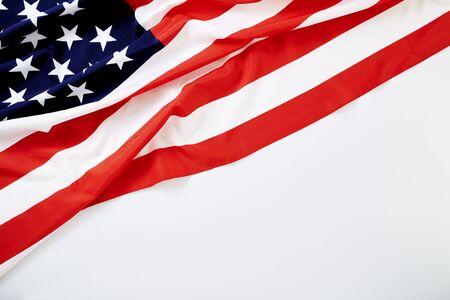 Primo piano dell'onda della bandiera americana per il Memorial Day o il 4 luglio e lo studio del Presidents Day non ha sparato a sfondo bianco testurizzato per la progettazione di banner per il testo