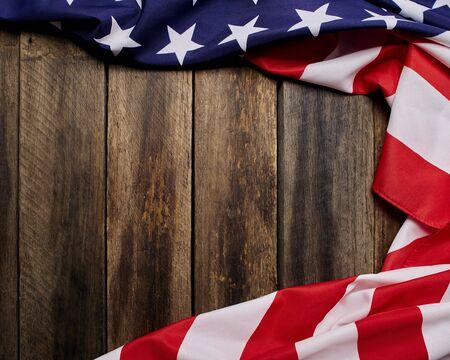 USA-Flagge auf leerem altem Holzwandbeschaffenheitshintergrund, kopiert Tempo für Ihren individuellen Text.