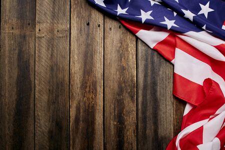 Drapeau des États-Unis sur fond de texture de mur en bois ancien vide, copie le rythme de votre texte individuel.