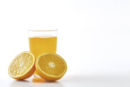 Jus d'orange et tranches d'orange isolé sur fond blanc Banque d'images
