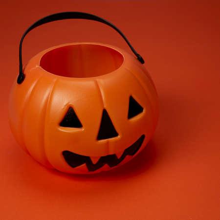 Happy Halloween. Jack o lantern pumpkin on an orange background. Stockfoto