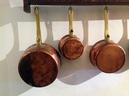 rows of copper pots Stockfoto