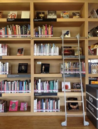 bokhylla i biblioteket Stockfoto