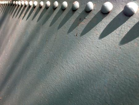 dep�sito agua: Cabezas de los tornillos grandes de un viejo tanque de agua Foto de archivo