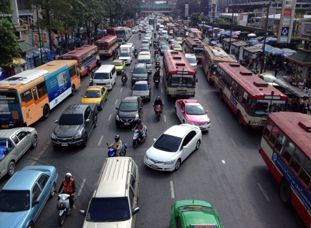 BANGKOK - 5 november Trafiken rör sig långsamt längs en trafikerad väg i Pathumwan nov 5, 2013 Bangkok, Thailand årligen uppskattningsvis 150.000 nya bilar ansluta sig till kraftigt överbelastade vägarna i Bangkok