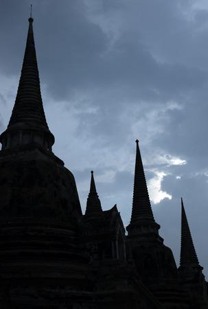 buddhist stupa: Silueta antigua estupa budista en el templo, Ayutthaya, Tailandia