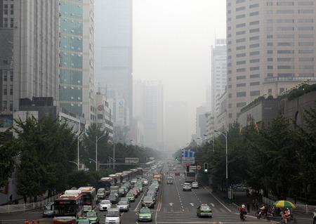Chengdu, Sichuan, Kina - September 30, 2013 - Synen på stor gata i staden