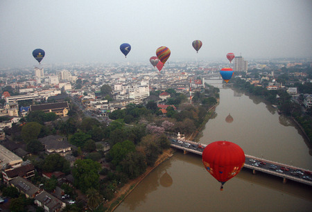 CHIANG MAI, THAILAND   Balloon floating to sky over city during Thailand international balloon festival  Redaktionell