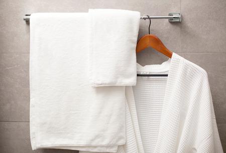 полотенце: полотенце и халат на вешалке в ванной комнате
