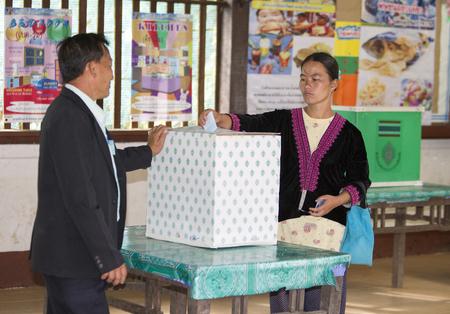 encuestando: CHIANG MAI, Tailandia - AGOSTO 07: Hmong tribus de las montañas para emitir su voto en el referéndum sobre una nueva Constitución en un colegio electoral en una montaña, en Chiang Mai, Tailandia 07 de Agosto de 2016.