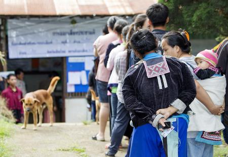 encuestando: CHIANG MAI, Tailandia - AGOSTO 07: Hmong tribus de las monta�as para emitir su voto en el refer�ndum sobre una nueva Constituci�n en un colegio electoral en una monta�a, en Chiang Mai, Tailandia 07 de Agosto de 2016.