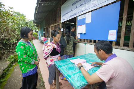 encuestando: CHIANG MAI, Tailandia - AGOSTO 07: Hmong tribus de las monta�as para emitir su voto en el refer�ndum sobre una nueva Constituci�n en un colegio electoral en una monta�a, la primera votaci�n en el pa�s despu�s del golpe militar de mayo de 2014, en Chiang Mai, Tailandia, 07 Augus Editorial