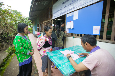 encuestando: CHIANG MAI, THAILAND - AUGUST 07 : Hmong hill tribe people to cast their ballots in the referendum on a new constitution at a polling station on a mountain, the first polling in the country after the May 2014 military coup, in Chiang Mai,Thailand,07 Augus