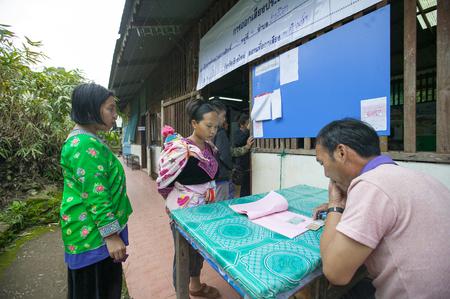 encuestando: CHIANG MAI, Tailandia - AGOSTO 07: Hmong tribus de las montañas para emitir su voto en el referéndum sobre una nueva Constitución en un colegio electoral en una montaña, la primera votación en el país después del golpe militar de mayo de 2014, en Chiang Mai, Tailandia, 07 Augus Editorial