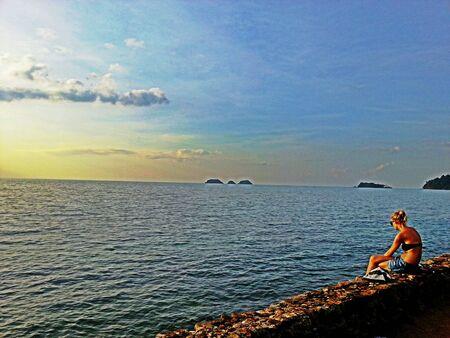 sexy girl sitting: Ragazza sexy che si siede in riva al mare Archivio Fotografico