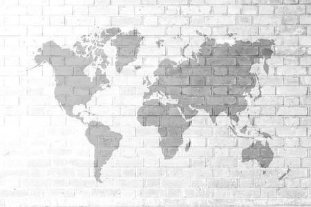 Rote Backsteinmauerbeschaffenheitshintergrund Weicher Klang Farbe weiß mit Weltkarte Standard-Bild - 37444498