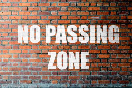 no pase: Ladrillo rojo textura de la pared de fondo con una palabra Ninguna zona Pasando