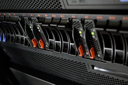 データ センターでのコンピューター サーバーと raid ストレージ