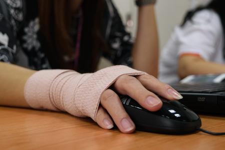 彼女のコンピューターでアジアの女性手痛い作業